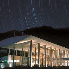 """【雲の上のホテル/女子旅プレス】東京から飛行機で約1時間15分、高知県の""""雲の上の町""""と呼ばれる梼原(ゆすはら)町。町面積の91%を森林が占め、標高1455mにもなる雄大な四国カルストに抱かれたこの地には「雲の上のホテル」という素敵な名前の温泉ホテルがあるんです。夜は満点の星空がきらめくロケーションで、心身ともに癒やされてみませんか?"""