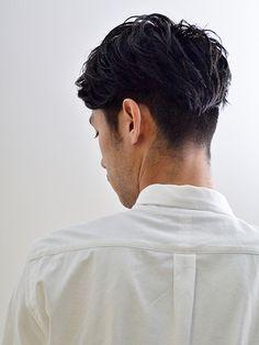 """いまやメンズヘアスタイルの定番と化した「ツーブロック」。ひとことにツーブロックヘアと言っても「サイドのみに少し刈り上げを入れて、上から髪をかぶせたようなさりげなくソフトなツーブロック」から、「サイドからバックまでガッツリ刈り上げ、トップを思い切り長く残したハードなポンパドールツーブロック」まで、様々な種類に細分化されている。今回は8つのカテゴリーにツーブロックヘアを分類し、定番から最旬ヘアスタイルまでピックアップ! ①ビジネスツーブロック 「好感度を高める引き算が重要!」 業種にもよるが、ビジネスシーンにおいては極端なツーブロックヘアは職場や取引先で浮いてしまうだけではく""""顰蹙(ヒンシュク)""""を買う可能性さえある。サイドからバックまで刈り上げてトップと前髪を思い切り長く残すようなヘアスタイルはNGなことが多いのでは?そこで「刈り上げはサイドのみにする」「トップとサイドも短めにカットして長短の差を抑える」「サイドに髪をかぶせてスタイリングして刈り上げ部分を強調しない」などいかに控えめな要素を入れて好感度を上げるかがポイントだ。 ビジネスショートツーブロックス..."""