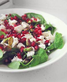 Syötävän hyvä: GRANAATTIOMENA-FETA -SALAATTI PISTAASIPÄHKINÖILLÄ Pesco Vegetarian, Salad Recipes, Healthy Recipes, Healthy Food, Pear Salad, Good Food, Yummy Food, Feta, Food Goals
