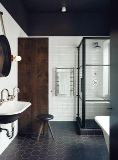 sol en carrelage noir salle de bain noire