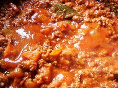 Spaghetti Bolognese; vol van smaak. Met dit recept geen waterige tomatensaus, maar een volle, smakelijke vleessaus, zoals de Bolognesesaus bedoeld is.