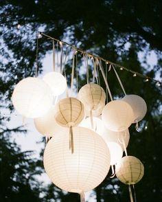 Leuk om aan je lampionnen linten te hangen. Je Kunt dit binnen doen, maar het is…