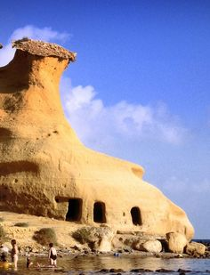Playa in San Juan de los Terreros with cave house on the beach Vernacular Architecture, Art And Architecture, Granada Andalucia, Iberian Peninsula, House On The Rock, Unusual Homes, Earth Homes, Spain And Portugal, Roadtrip