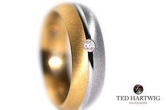 So müssen #Detailfotos sein. Bei Ted Hartwig gibt es bei #Hochzeitsfotos echte #Makro-Fotos der Ringe und #Accessoires.