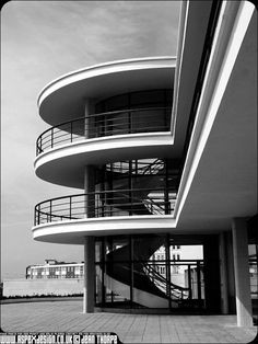 Commissioned by the Earl De La Warr in 1935 and designed by architects Erich Mendelsohn and Serge Chermayeff, the De La Warr Pavilion at Bexhill-on-Sea was the UKs first public building built in the Modernist style Stairs Architecture, Architecture Details, Interior Architecture, Erich Mendelsohn, Streamline Moderne, Art Deco Buildings, Art Deco Home, Art Deco Design, Contemporary Architecture