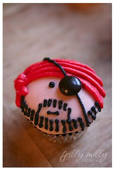 Use this as inspiration for Pirate Cupcakes for Halloween or Birthday! This link gives the explicit directions as to how to decorate the cupcakes. Love Cupcakes, Cupcake Cookies, Ladybug Cupcakes, Kitty Cupcakes, Snowman Cupcakes, Giant Cupcakes, Cupcakes Bonitos, Cupcake Photos, Party Fiesta