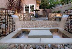 gabionenzaun bauen terrasse brunnen steinplatten