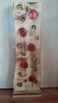 Liebevoll handgefertigtes Holzbrett (aus heimischen Wäldern).  15 Stück ausgesägte Kreise - verschiedene Größen. Die 5 größeren Löcher sind mit kleinen Häkchen versehen d.h. Sie können beliebig...