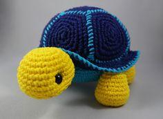 Tartaruga vibrante, linda decoração para qualquer lugar!    Possui cerca de 15 cm de altura, 24 cm de comprimento.    É possível personalizar com outras cores. Deixe uma mensagem para saber sobre a disponibilidade de cores.    Materiais utilizados:    Linha 100% algodão.  Enchimento 100% poliéste...
