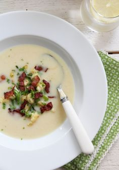 Cauliflower soup with leek and crispy bacon Low Carb Recipes, Soup Recipes, Norwegian Food, Scandinavian Food, Cauliflower Soup, Everyday Food, I Love Food, My Favorite Food, Food Inspiration