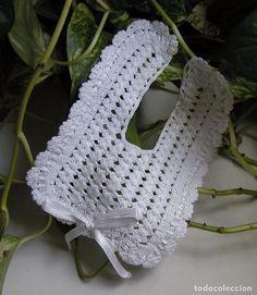 PRECIOSO BABERO TEJIDO A MANO EN CROCHET O GANCHILLO PARA BEBÉ MUÑECA MUÑECO DÉCADA 50-60 (Vintage - Moda - Complementos) Crochet Baby Bibs, Crochet Fabric, Baby Knitting, Crochet Hats, Baby Essentials, Vintage Crochet, Baby Shower Gifts, Granny Squares, Accessories