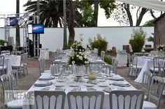 Mantel blanco shantu, plato en base redonda de pewter haciendo resaltar el montaje de la mesa.