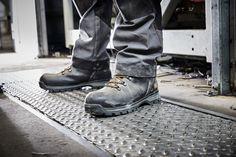 Ces chaussures de sécurité homme Splitrock XT de la marque Timberland Pro sont fabriquées en cuir nubuck de qualité. Elles offrent un bon confort grâce à la semelle anti-fatigue et la doublure respirante. Idéales comme chaussures BTP, sa semelle extérieure 4 saisons est adaptée à toutes les conditions climatiques y compris les sols mouillés et givrés. Elles sont certifiées S3 SRC. Timberland Pro, Anti Fatigue, Comme, Combat Boots, Army, Shoes, Fashion, Mens Shoes Uk, Seasons
