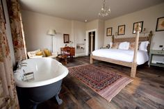 """THE PIG: """"Many rooms at THE PIG -at Combe will have king-size beds & free-standing baths, book now:"""" : twitter -- click through for link"""