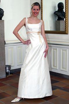 schlichtes Brautkleid mit farbigem Band von La Rose Noire Couture auf DaWanda.com