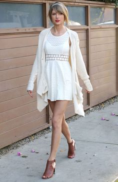 Taylor Swift Soaks Up the L. Sun in Cute Spring-Ready Pieces Taylor Swift soaks up the L. sun in this cute white cardigan and cutout dress. Taylor Swift Outfits, Taylor Swift Moda, Style Taylor Swift, Taylor Alison Swift, Taylor Swift Fashion, Taylor Swift Shoes, Moda Outfits, Cutout Dress, Woman Clothing