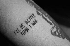 """Pequeño tatuaje en el antebrazo que dice """"I'll be better than I was"""", que significa """"Seré mejor de lo que era""""."""
