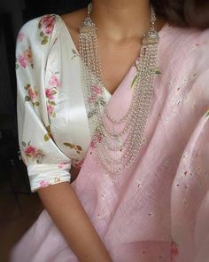 Stylish Blouse Design, Fancy Blouse Designs, New Saree Blouse Designs, Trendy Sarees, Stylish Sarees, Sari Bluse, Saree Jacket Designs, Indian Designer Outfits, Trends
