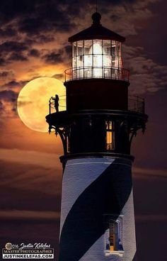 маяки — Lighthouse - Photos Curated by Sandra Sabrina Lighthouse Lighting, Lighthouse Pictures, Beautiful Moon, Beautiful Places, Stars Night, St Augustine Lighthouse, Technique Photo, Shoot The Moon, Moon Photography