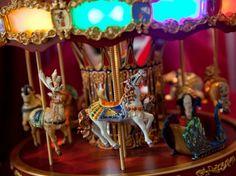 Detalhe do carrossel que toca música e se mexe o máximo!! Acesse para ver mais detalhes: www.weshareideas,com.br