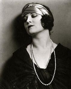 Elégante au collier de perles, c1920 (Albin)