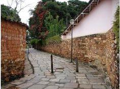Pirenópolis é cercada de morros e de privilegiada localização geográfica, estando aos pés da Serra dos Pireneus, Pirenópolis se destaca por manter uma natureza preservada Wonderful Places, Brazil, Sidewalk, Rio De Janeiro, Nature, Chop Saw, Cities, Walkways, Pavement