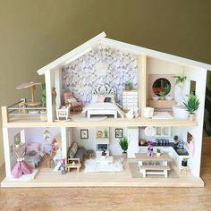 I would love to make a miniature house like this! Modern Dollhouse, Diy Dollhouse, Barbie Furniture, Dollhouse Furniture, Miniature Houses, Miniature Dolls, Dressing Design, Doll House Plans, Mini Doll House