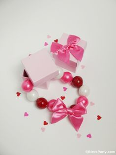 Last Minute Valentine's Day Gift or Favor : DIY Gumball Necklaces - find the full tutorial here #ValentinesFavors #favors #Gumballs #GumballJewelry #Kids #Crafts #Valentines