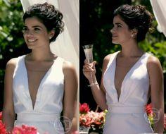 Vamos falar do simples e belo vestido, em detalhes, usado por Aline em seu casamento, um modelo minimalista, com uma saia levemente sereia e com um de