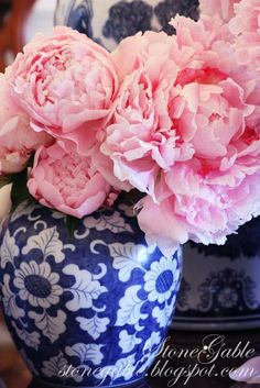 BLUE WILLOW AND PINK PEONIES TABLESCAPE - StoneGable