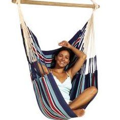 Qu'il est agréable de se balancer, d'y lire ou tout simplement de se laisser aller à rêver, confortablement installé dans cette chaise hamac ! En pur coton, le tissu de la chaise hamac est très robuste, ne peluche pas et résiste aux déchirures.  Un tourbillon de sécurité est intégré, empêchant le bris de corde et le dévissage de l'accrochage