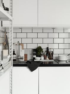 mostrador black absolut - Josefin Hååg's apartment in Residence - subway tile, black grout