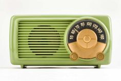 Bakelite radio. Love the color.