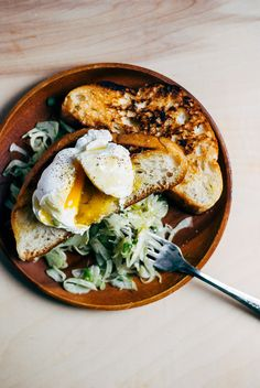 poached eggs, skillet toast and jalapeño fennel salad // brooklyn supper