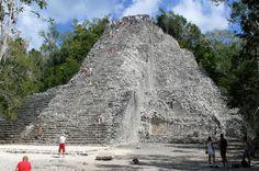 Cobá  A cuarenta kilómetros de Tulum y noventa de Chichen Itzá, tenemos el yacimiento arqueológico de Cobá.  Según muchos viajeros es un lugar imperdible, y para muchos, mejor que Chichen Itzá, ya que es un complejo arqueológico aún no explotado para el turismo lo que le permite mantener su espíritu místico, algo que otros complejos han perdido, debido a lo comercial que se han vuelto.