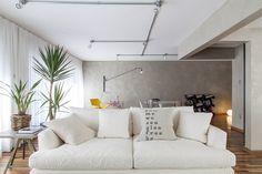 paredes cinza cimento e piso de madeira