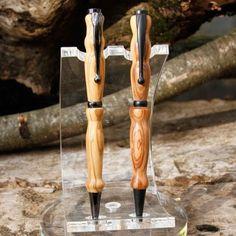 Stylo en bois fait main, tourné avec savoir faire et passion par l'artisan dans son atelier. Choix des agrafes et des essences de bois