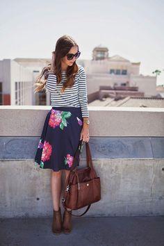Mix de estampas. esse modelo de saia valoriza a cintura e disfarça a barriguinha por ser mais aberta. trocaria a bolsa e os sapatos para ficarem mais de acordo com meu estilo