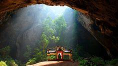 Cette vue de la grotte de Phraya Nakhon située dans le parc national marin de Khao Sam Roi Yot, en Thaïlande, permet de découvrir un élégant pavillon dédié au roi Rama V, qui a été édifié sur un petit tertre d'argile rougeâtre.  La vaste caverne...