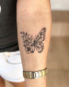 Butterfly tattoo: 200 ideas to make you want to .- Tatuagem de borboleta: 200 ideias para ficar com vontade de tatuar Butterfly tattoo: 200 ideas to make you want to tattoo - Butterfly Thigh Tattoo, Butterfly With Flowers Tattoo, Butterfly Tattoo Designs, Small Tattoo Designs, Butterfly Tattoo Meaning, Butterfly Design, Mini Tattoos, Flower Tattoos, Body Art Tattoos