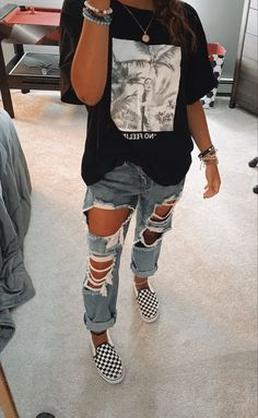 Vans Outfit, My Outfit, Outfit Ideas, Mom Jeans, Ripped Jeans, Stylish Outfits, Cute Outfits, Oversized Jeans, Teenager Outfits