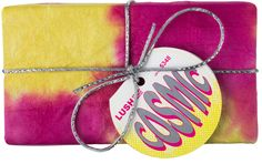 Cosmic is een schitterend cadeau, geïnspireerd door een stralende sterrenhemel. In Cosmic vind je hemelse producten die je een fijne opkikker geven als je een beetje in de put zit. In Cosmic vind je een Twilight bath bomb met de troostende geuren van lavendel en tonka en een lekker stuk snoepjeszoete Rock Star zeep. Het papier wordt met de hand gemaakt en gekleurd in Nepal. Elk exemplaar is uniek!