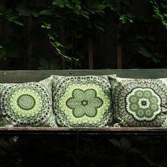 Nice green garden pillows from T. Green Garden, Colourful Outfits, Summer Colors, Cushion Covers, Cushions, Throw Pillows, Shoulder Bag, Luxury, Knitting