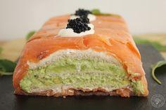 Pastel de salmón ahumado, aguacate y pan de molde. Receta paso a paso - Cocinando Entre Olivos