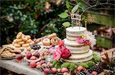 Een leuke versierde taartentafel voor je herfstbruiloft #bruidstaart #herfst #bruiloft #trouwen #inspiratie #naked #wedding #cake #fall #pie #inspiration Inspiratie voor een herfst bruidstaart   ThePerfectWedding.nl   Fotocredit: Eppel fotografie