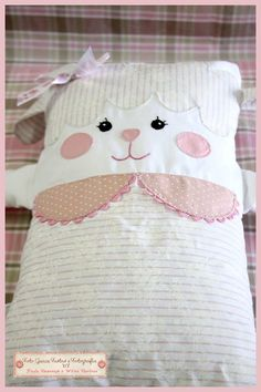 naninha Small Sewing Projects, Sewing Crafts, Dyi Pillows, Sheep Crafts, Sock Dolls, Cat Pillow, Diy Couture, Idee Diy, Ribbon Art