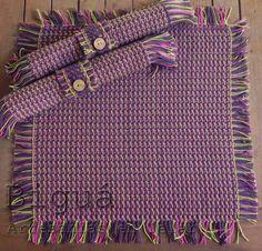 Carpeta de mesa e individuales a juego. Tejido a #Telar Textiles, New Hobbies, Loom Knitting, Interior Design Living Room, Table Runners, Fiber Art, Diy And Crafts, Weaving, Pattern
