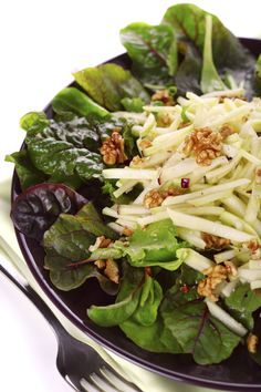 raw sald with beet leaves, shredded apple and nuts Rabbit Food, Raw Vegan, Beets, Spinach, Foodies, Cabbage, Food Photography, Salads, Vegetables
