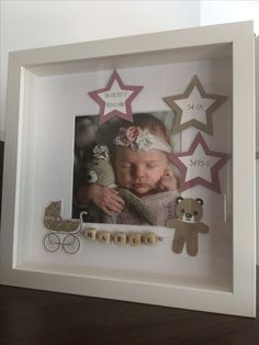 Mit einem tiefen Rahmen kann man mehr als nur ein Foto schön rahmen. With a deep frame you can frame more than just a photo. You can let your creativity run wild and decorate a few extra Baby Pictures, Baby Photos, Baby Frame, Diy Bebe, Baby Box, Baby Keepsake, Baby Party, Baby Crafts, New Baby Gifts