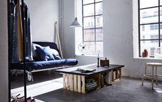 Un dormitorio y un salón, todo en uno, con un sofá cama